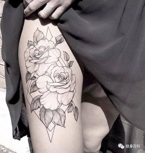 大腿上的素花纹身,力量与美的结合图片