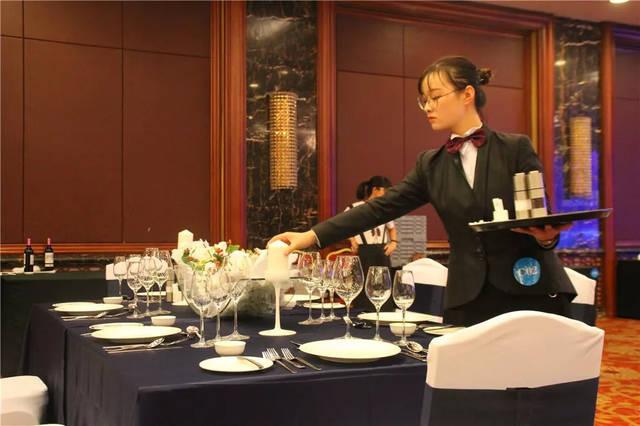 △西餐宴会创意摆台过程△图片