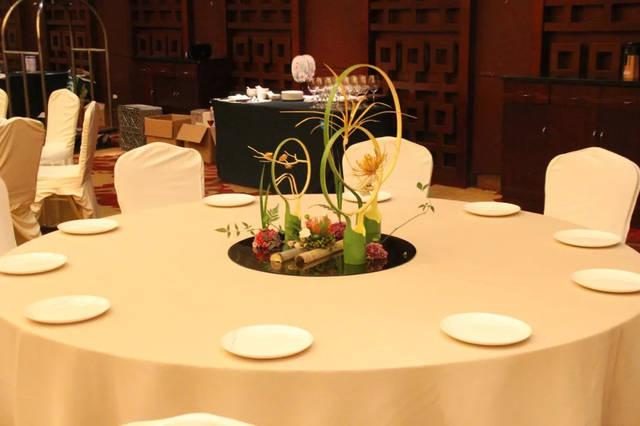 """摆台 """"九龙秋暝"""" 此台面是以九龙湖秋天的 湖光山色为主题的宴会筵席图片"""