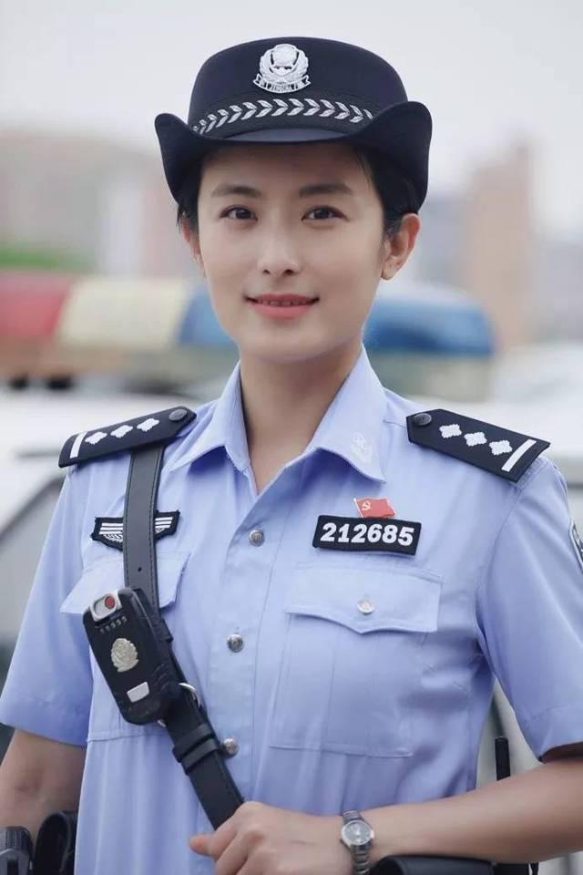 淫荡女警花_穿上警服,又是英气十足,秀丽稳重的女警花.