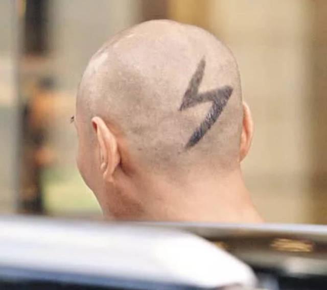 成功检验了颜值!55岁江华光头发型现身街头帅炸了图片