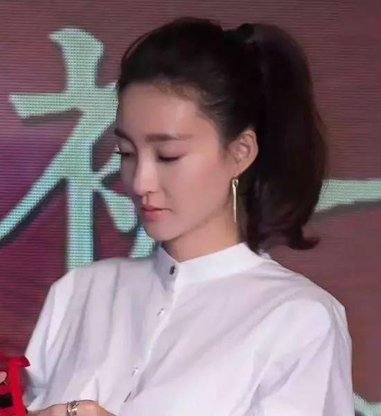学生气一点的女生呢,下图中欧阳娜娜的这款齐刘海高马尾辫就是你的最图片