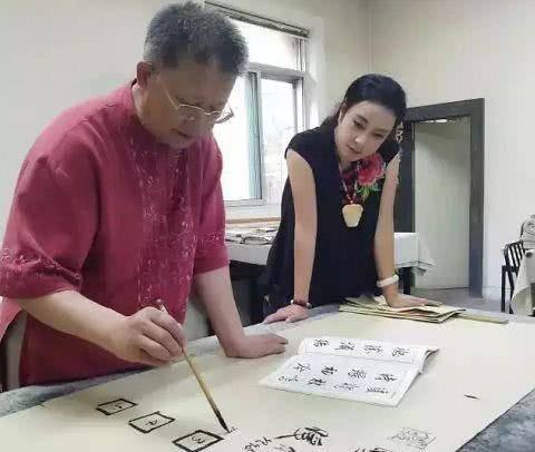 女明星练书法,刘晓庆获得认可,拜师赵忠详的于月仙为何被批评?图片