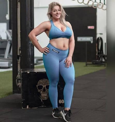 180斤的健身模特崇尚力量训练,膀大腰圆穿紧身裤大粗腿辣眼!