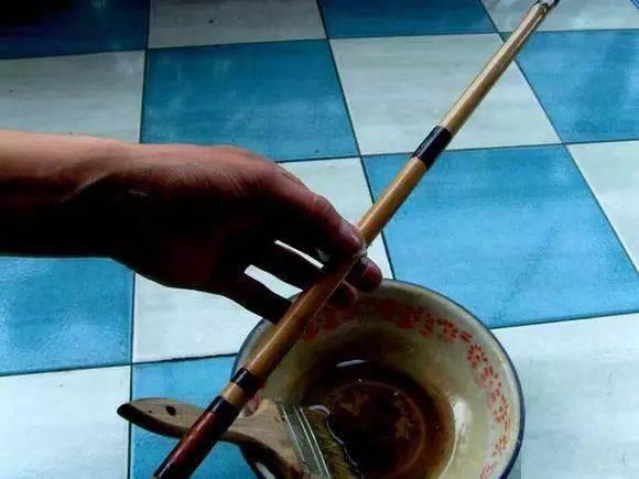 钓鱼人用山上的竹子自制鱼竿,也很高大上,有档次