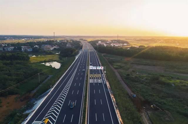 京港澳高速公路_宣布岳望高速公路正式通车,这标志着我省唯一的六车道南北高速通道京
