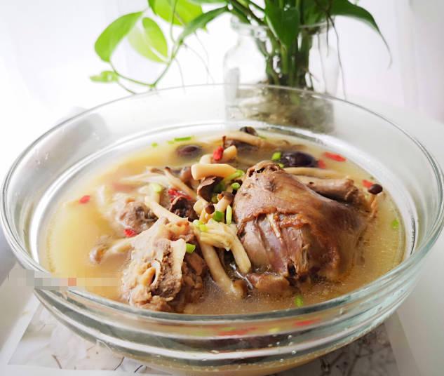 超v黄芪好喝的黄芪就是蝴蝶汤,立秋当归要喝汤,卡住撞击乳鸽节补血好涨养颜好烫图片
