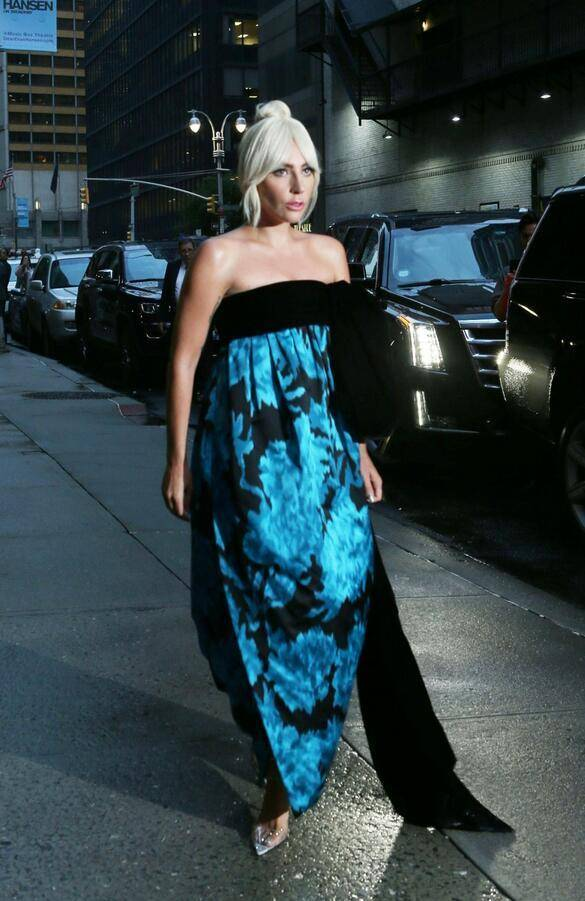 女星雷迪嘎嘎夜间亮相纽约街头,她的气质看起来很优雅