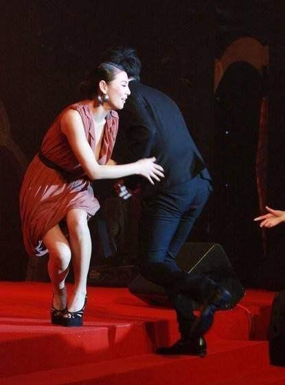 台女星红毯摔倒开叉裙险被扯掉范冰冰赵丽颖等都曾摔得很尴尬_凤