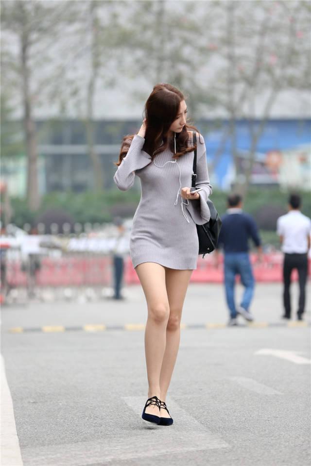 这个美女的腿型堪称完美,模特都没有这么美的一双腿