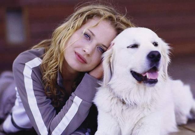 欧美美女让狗操b视频_小色狗当众耍流氓调戏美女,网友看了纷纷为它点赞!