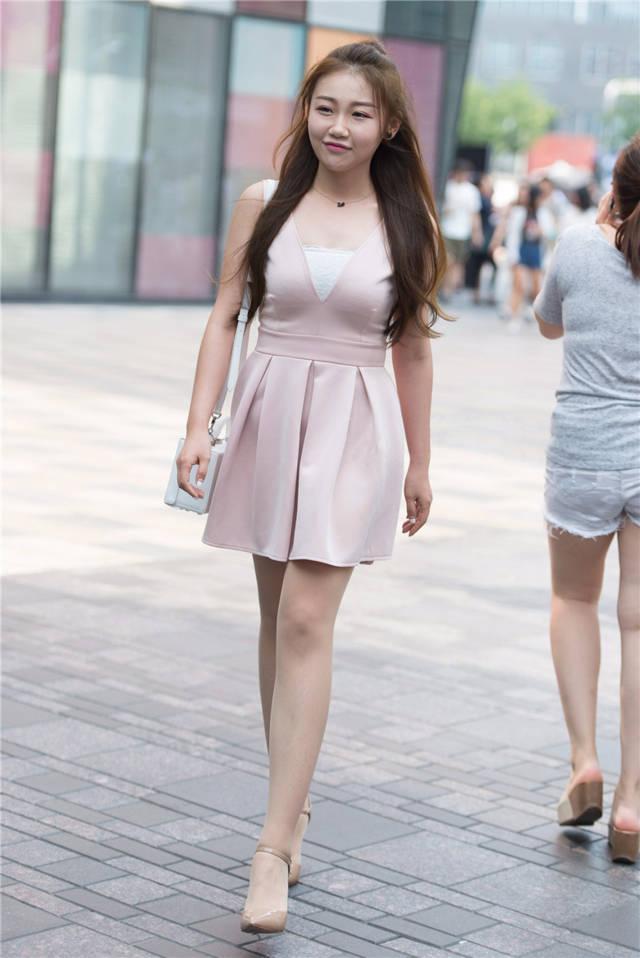 什么色网美女多_美女很适合粉色,搭配肉色丝袜裸色高跟,不仅减龄而且多了一分纯真