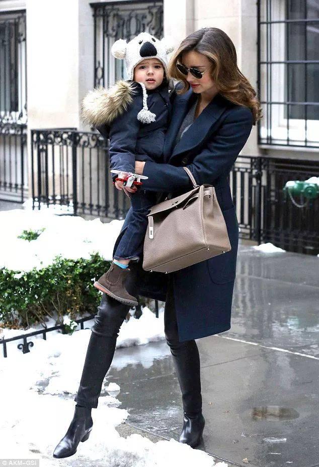 这种最常见的小黑裤,搭配切尔西靴特别显瘦,像可儿这样穿,就很适合不