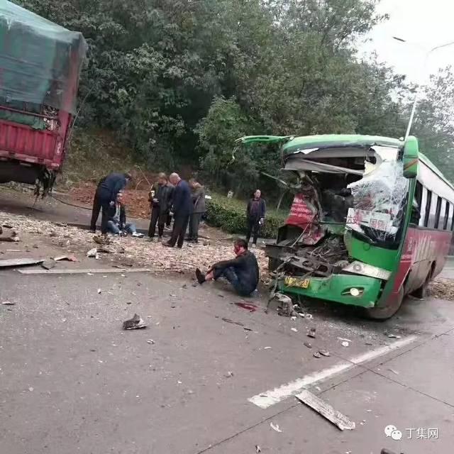 六安车祸_悲剧!六安至固镇公交车平桥段发生惨烈车祸,现场一片狼藉.