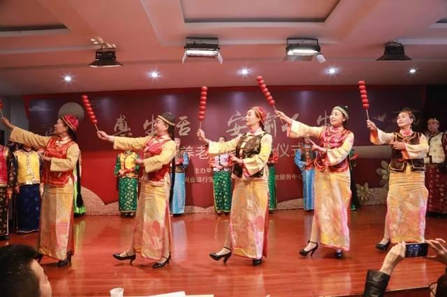 华厦老年大学模特班时装表演,《京韵情怀》.