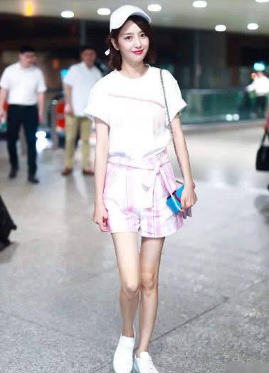 佟丽娅白衬衣配短裙气质充足腰下全是腿