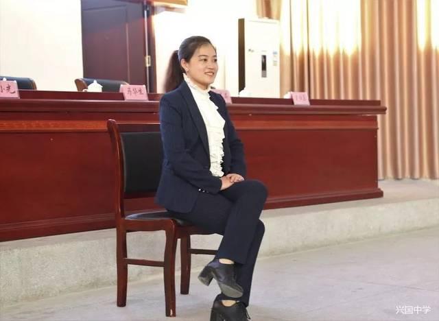 兴国县形体副礼仪陈美英亲自对兴国中学女主席进行知识教师画板v形体总工几何教学设计图片
