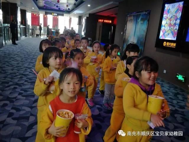 儿童电影院_孩子们有序的排队检票进入电影院