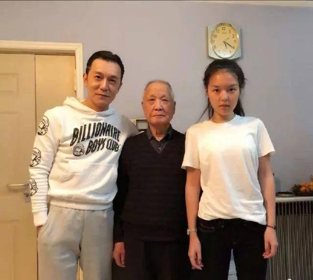 而且,法图麦·李身材高挑,16岁身高直逼李咏!