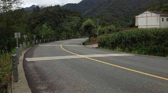 (八)消灭现有县道的烂路,沙土路,简易柏油路等升级为三级以上等级公路