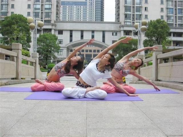 想要成为一名合格的瑜伽教练,对于瑜伽理论也应该熟记于心,与实践融会图片