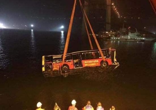 神吐槽:重庆公交车坠江原因公布,一人错过一站,全车错过余生