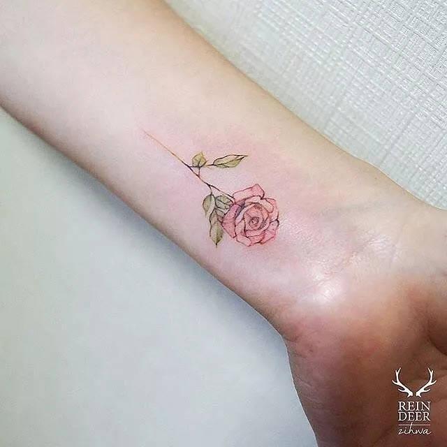 女生不经意露出手腕处的纹身真迷人呐~ 彩色的小图案纹身适合初次图片