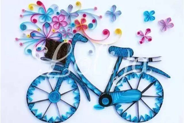 1 彩色卡纸DIY自行车  今天第一款要做的自行车是用衍纸来打造出的超美的一款自行车的造型,蓝色的自行车的主体加上红色的花朵,形成一幅堪称完美的装饰效果自行车图画。 可以作为墙面的装饰画什么的,放在画框之中也可以成为很好的装饰哦。 制作的时候大家先要用黑色的纸带塑造出自行车的轮廓线,就像是画画一样,画出自行车的外轮廓,然后用蓝色的衍纸作为彩色的画笔去填充就好了。 最后做一些花纹来装饰云纹就更加的精美了。至于衍纸的小工具就大家自己准备和用自己习惯的了。