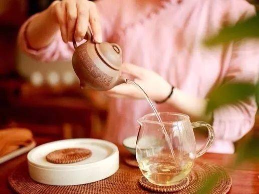 ▼ 女人也许无法对茶文化有透彻的理解,也可能不懂茶叶科学的玄妙