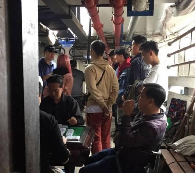 王俊凯749现场照流出背着书包跑了10多次耳朵上饰品亮了