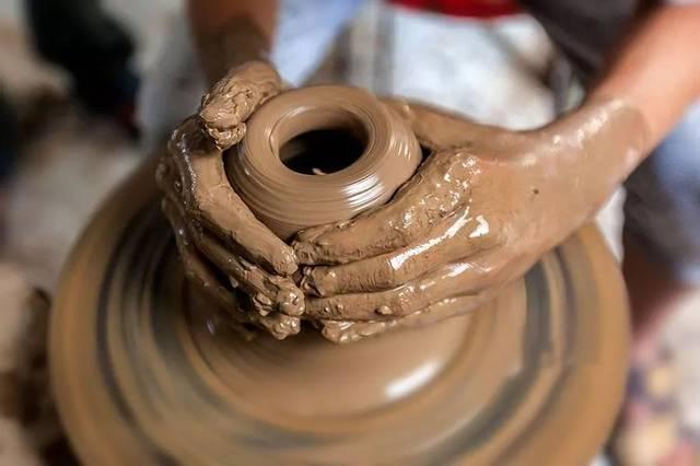 书吧旁的陶艺制作区,不定期开展着有趣有味的陶艺diy课程.