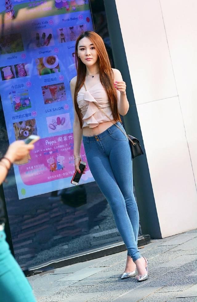 粉衣牛仔裤美女_街拍:紧身牛仔裤的美女风韵迷人,无法拒绝!
