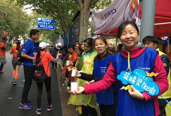 """上海马拉松陪跑员:做视障跑者的""""眼睛"""""""