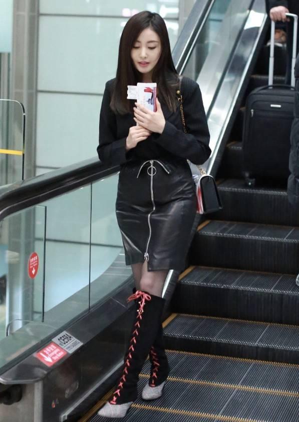 丝袜舔逼�_张天爱简直成精了,凭黑色丝袜凹出细长美腿,美腿直逼超模!