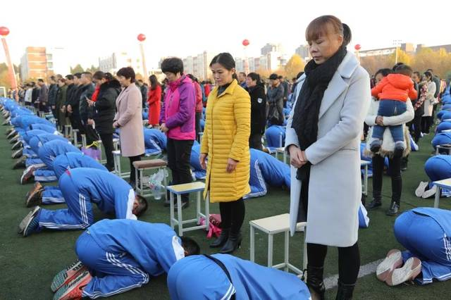 """神吐槽:2000名学生集体跪拜父母遭质疑,沁阳一中:""""你是不是有毛病?"""""""
