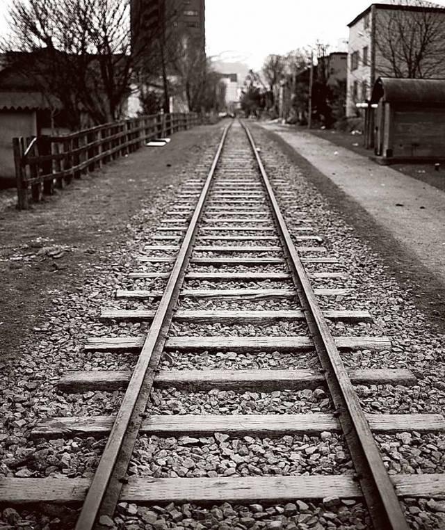 从钢筋水泥丛林东京飞往雪城札幌,再乘坐火车jr线,沿着蜿蜒的海岸线