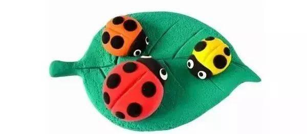 橡皮泥手工,是幼儿园非常必要的手工课,让孩子们利用五颜六色的橡皮泥进行创意手工,在揉、搓、捏、切之间创造出喜爱的东西,这对于孩子们来说是十分有趣和培养成就感的一件事情。 今天,让我们一起来欣赏一下这些创意十足的橡皮泥手工作品吧! 小蜗牛