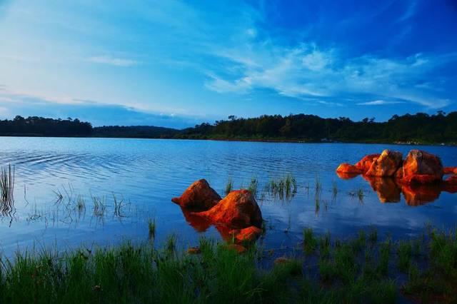 湖中有蓬莱岛,湖底布满参差错落的石笋,石柱.