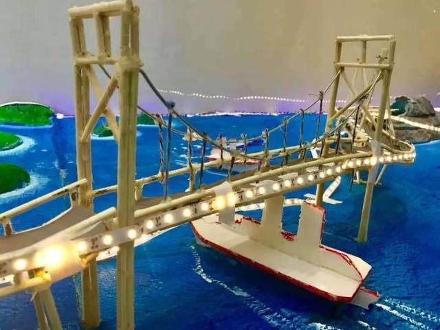 东起香港,西连珠海澳门 三座通航桥、四座人工岛、一条海底隧道 它是链接到太平洋的臂弯里的跨海大桥 它是构建粤港澳大湾区宏伟蓝图的重要枢纽 它就是 港珠澳大桥   观伶仃洋美景 睹港珠澳风采 伟大的祖国告诉你一个世界的奇迹