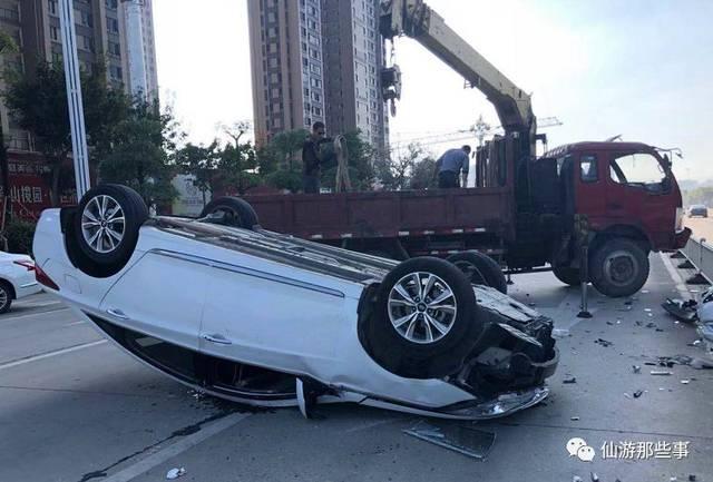 清源西路把四脚朝天横正在马道中心的小轿车翻转了过来