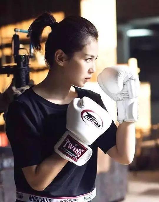 女生学拳击,是种样的v女生?教练员教车步奏图片
