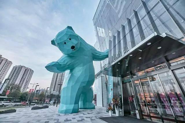 """重30吨,高13.6米的""""小熊""""巨型雕塑,为西安古城增添乐趣!图片"""