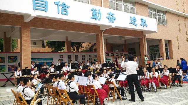 神吐槽:学校要求高考生购买校服,老师回应:为统一服装。