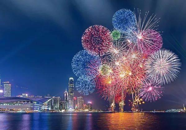 数十万人参与的跨年夜的烟火秀,绚丽梦幻.图片