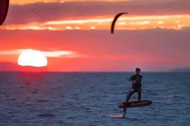爽的水上运动,将充气体育与冲浪板结合在一起,就像被快艇拉着滑水一样舞蹈风筝宣传单图片