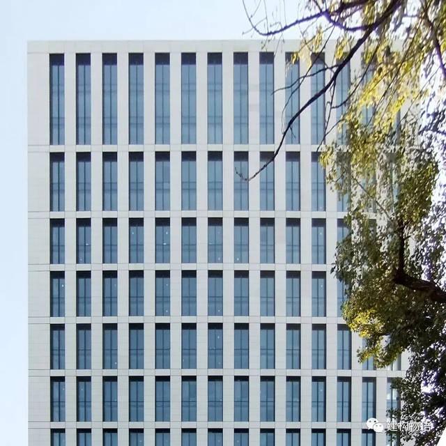 大块玻璃和竖条形百叶 gmp事务所设计的北京嘉铭中心则采用了假柱