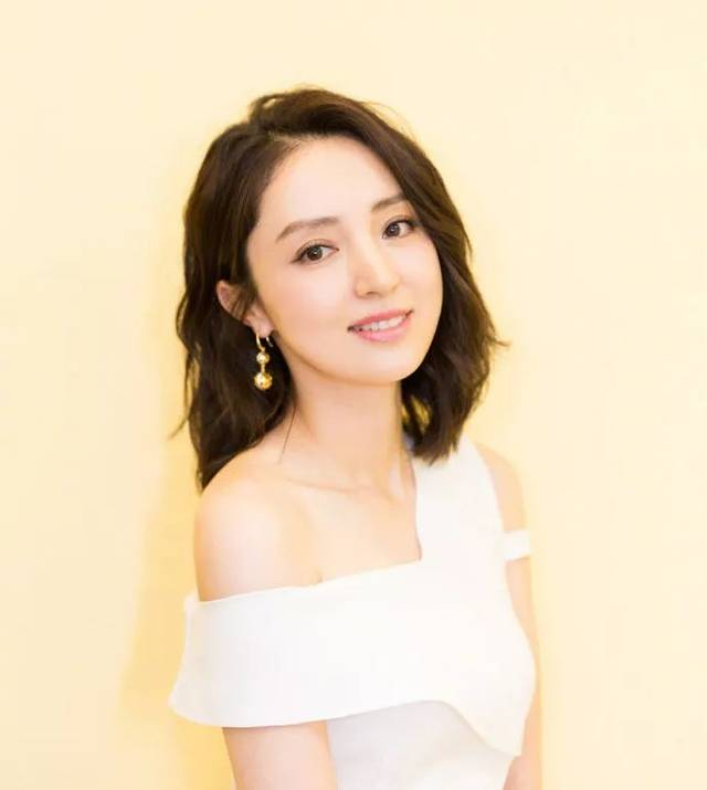 36岁董璇换发型更美,短发霸道领导范儿!
