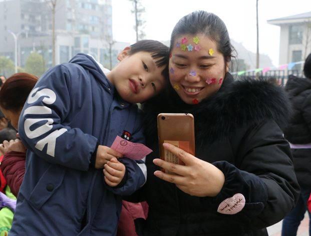 广安顶呱呱幼儿园 为了给孩子和家长创造一个良好的合作氛围,体验户外活动带来的乐趣,也为了促进亲子感情,幼儿园在东南片区举行了冬季亲子户外活动。  孩子的健康成长离不开家长和老师们的关心 顶呱呱幼儿园袁园长和家长代表分别致词