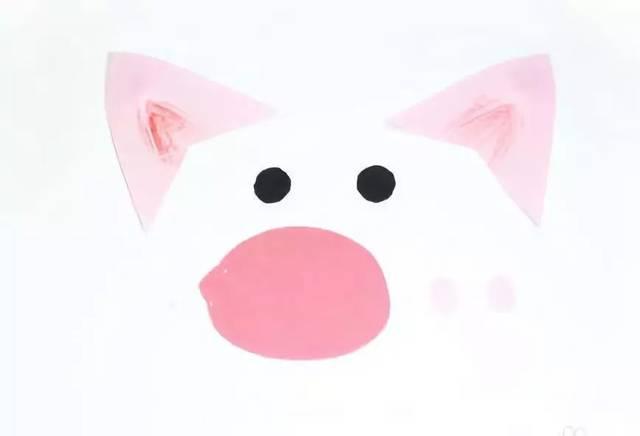 本文导读 2019年是猪年,既然是猪年怎么少的了主题手工呢!猪是我们最熟悉的动物之一,有的小朋友很讨厌猪,因为猪爱偷懒还贪吃;有的小朋友觉得猪也挺可爱的,因为它有大大的耳朵,很有特点的鼻子,圆溜溜的眼睛,卷起来的小尾巴,越看越喜欢。今天小莉老师就给大家带来几款小猪手工,记得元旦期间跟小朋友们一起制作哦! 作者 丨小莉老师 本文由《幼儿园手工》编辑,转载须注明来源! 剪纸三只小猪 为三只可爱的小猪建造一个属于他们自己的家吧。 准备材料:白色卡纸,蜡笔,剪刀,竹签,胶棒等。  以下为小猪的打印模板,按照已有的