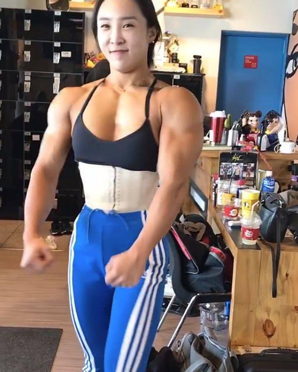 她的肌肉令很多网友脱口而出 当然作为职业健美运动员 她的后背肌肉的